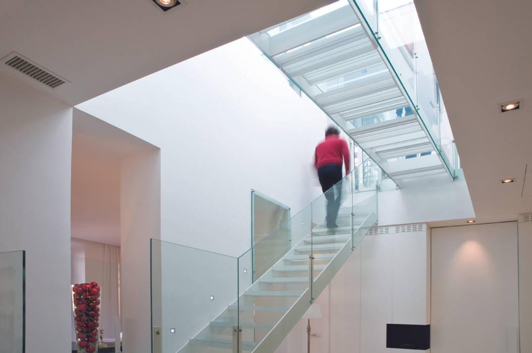 Una casa piena di luce case in stile in stile moderno di - Casa piena di zanzare ...