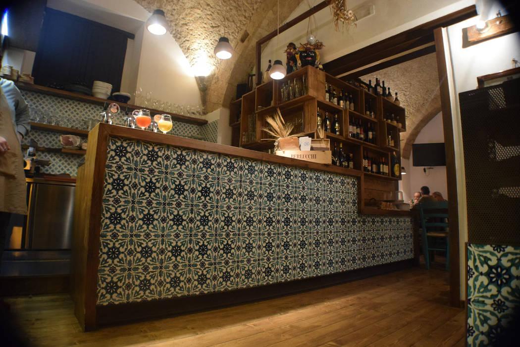 il bancone: Gastronomia in stile  di Casaburi & Memoli Architetti