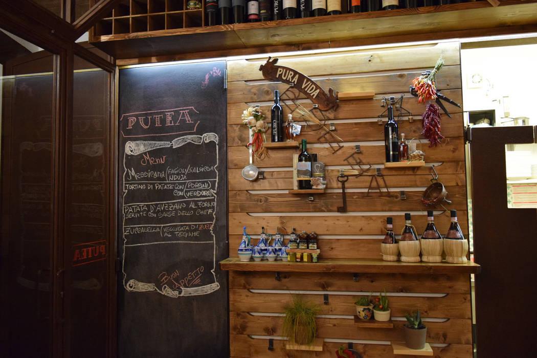 la parete della cucina: Gastronomia in stile  di Casaburi & Memoli Architetti