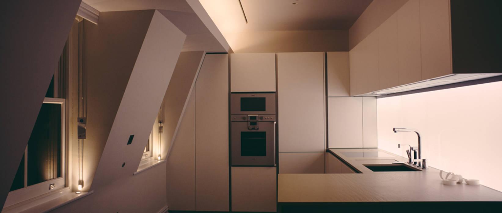Queens Gate and Queens Gate Mews, London: Casas de estilo  de studio zigzag lighting design, Moderno