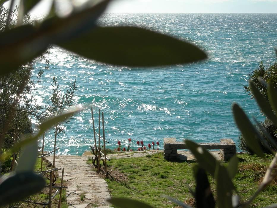Vista mare: Giardino in stile in stile Mediterraneo di 70m2 Studio di architettura