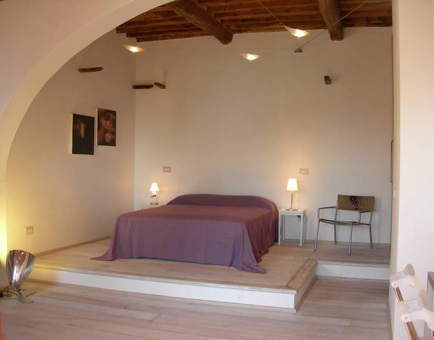 Zona notte: Camera da letto in stile in stile Mediterraneo di 70m2 Studio di architettura