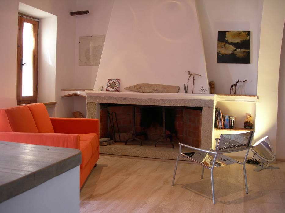 Caminetto Soggiorno in stile mediterraneo di 70m2 Studio di architettura Mediterraneo