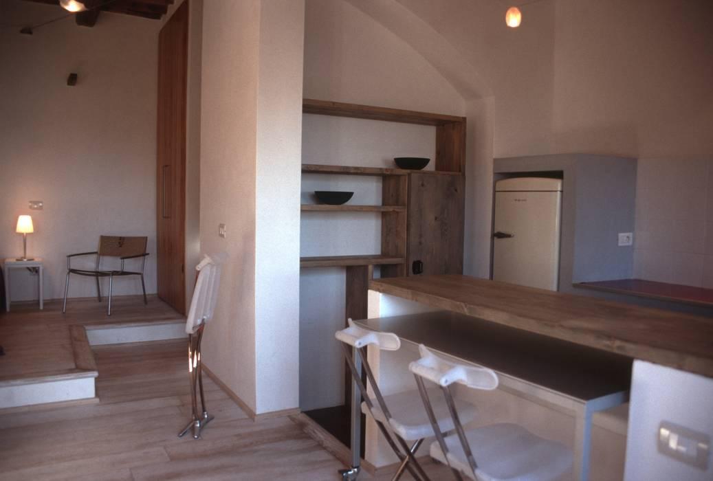Zona Cucina: Cucina in stile in stile Mediterraneo di 70m2 Studio di architettura