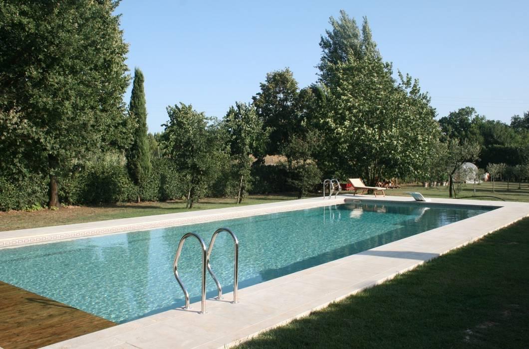 Piscina Privata - Orentano (PI): Piscina in stile  di culligan piscine