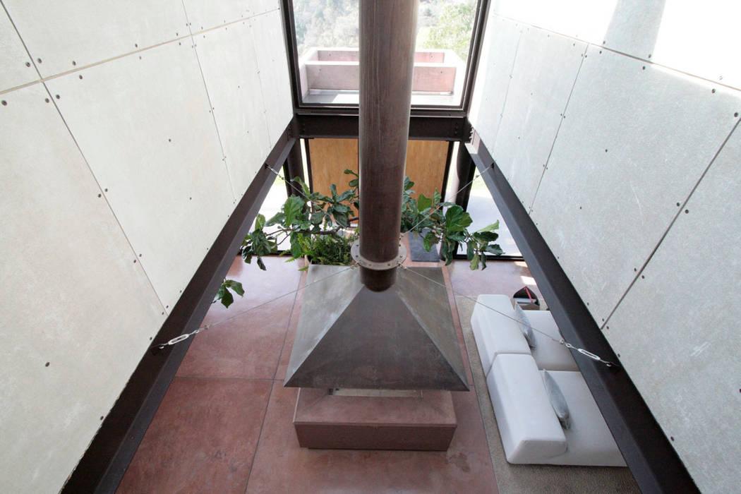 Casa Lau: Pasillos y recibidores de estilo  por Serrano Monjaraz Arquitectos, Moderno