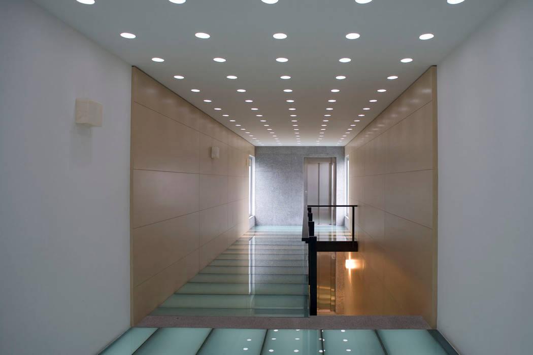 Masaryk 123: Pasillos y recibidores de estilo  por Serrano Monjaraz Arquitectos