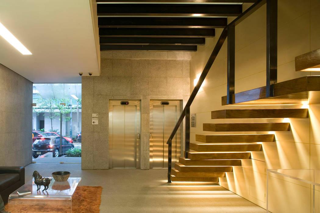 Masaryk 123: Pasillos y recibidores de estilo  por Serrano Monjaraz Arquitectos, Moderno