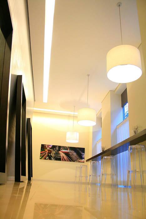 Puerta Alameda Pasillos, vestíbulos y escaleras modernos de Serrano Monjaraz Arquitectos Moderno