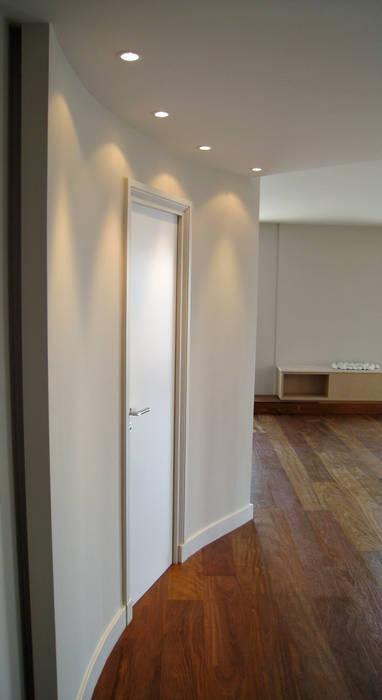 Hall d'entrée vers le salon: Salon de style  par Philippe Ponceblanc Architecte d'intérieur