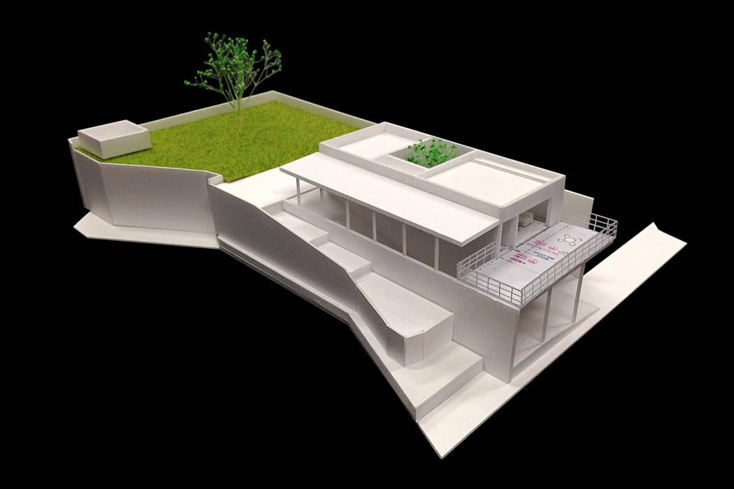非日常スタジオ付ガレージ住宅: ラブデザインホームズ/LOVE DESIGN HOMESが手掛けた家です。