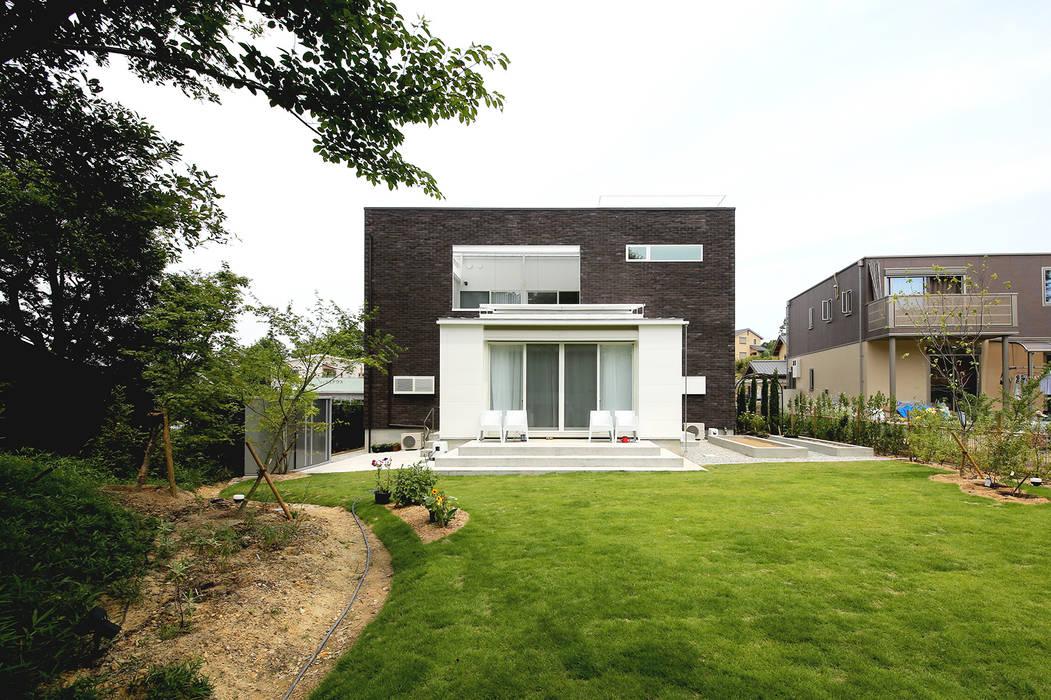 現代房屋設計點子、靈感 & 圖片 根據 ラブデザインホームズ/LOVE DESIGN HOMES 現代風