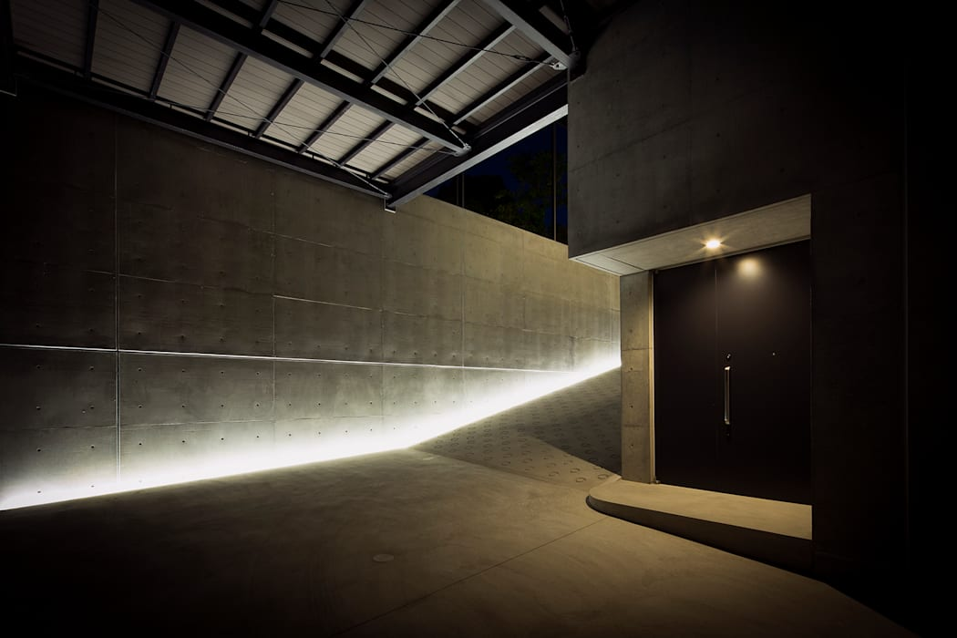 非日常スタジオ付ガレージ住宅 ラブデザインホームズ/LOVE DESIGN HOMES カーポート 鉄筋コンクリート