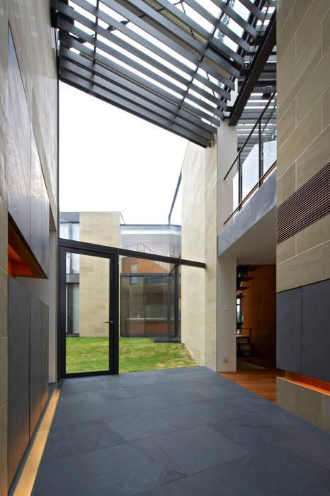 二世帯共用エントランスホール: 株式会社nSTUDIOが手掛けた現代のです。,モダン