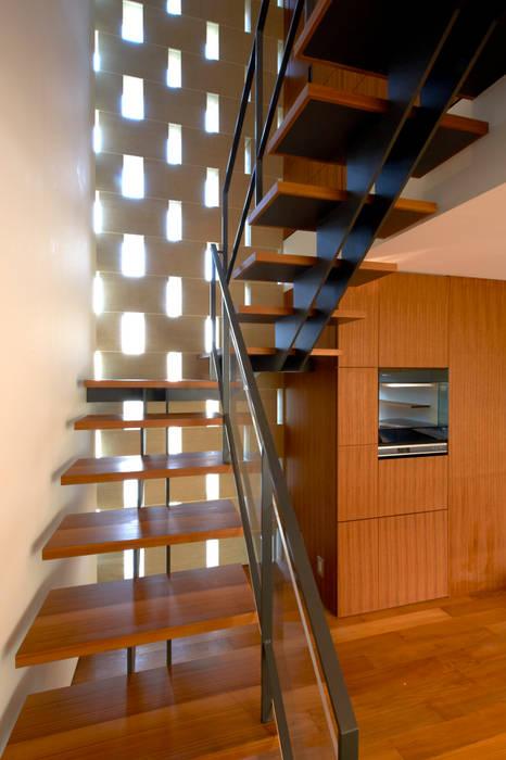 子棟2F、リビング階段: 株式会社nSTUDIOが手掛けた現代のです。,モダン