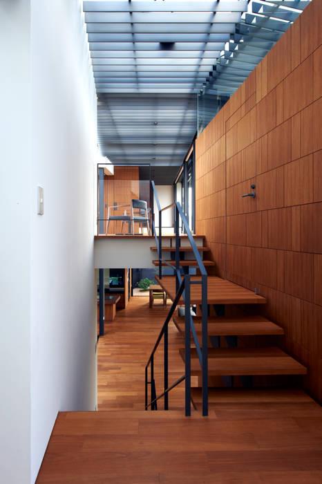 親棟1-2F、階段: 株式会社nSTUDIOが手掛けた現代のです。,モダン