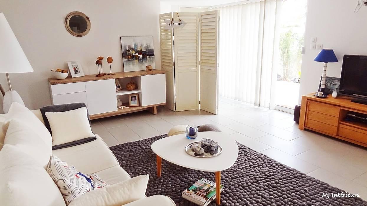 Le côté salon: Maisons de style de style Moderne par MJ Intérieurs
