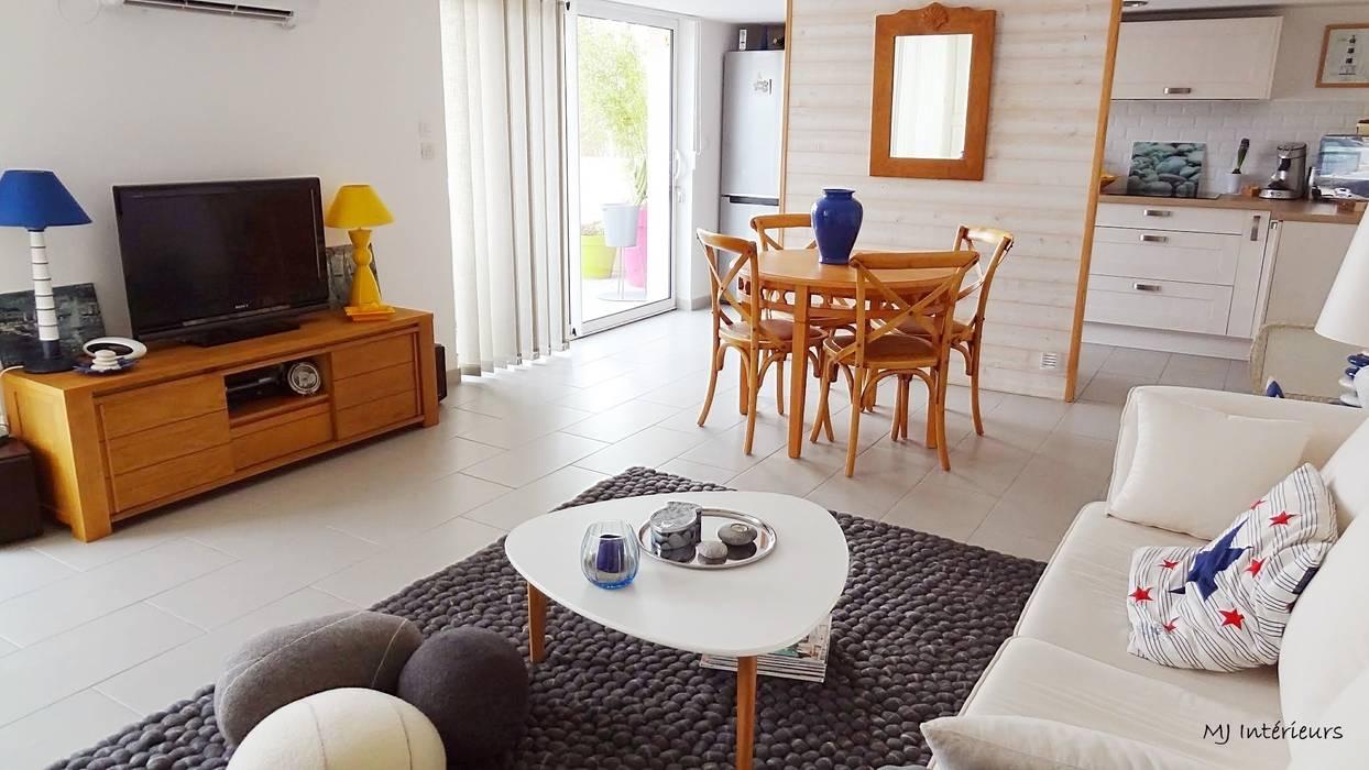 La pièce à vivre Maisons modernes par MJ Intérieurs Moderne