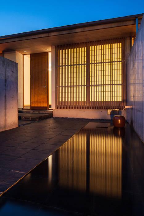 玄関へのアプローチ: 川添純一郎建築設計事務所が手掛けた家です。