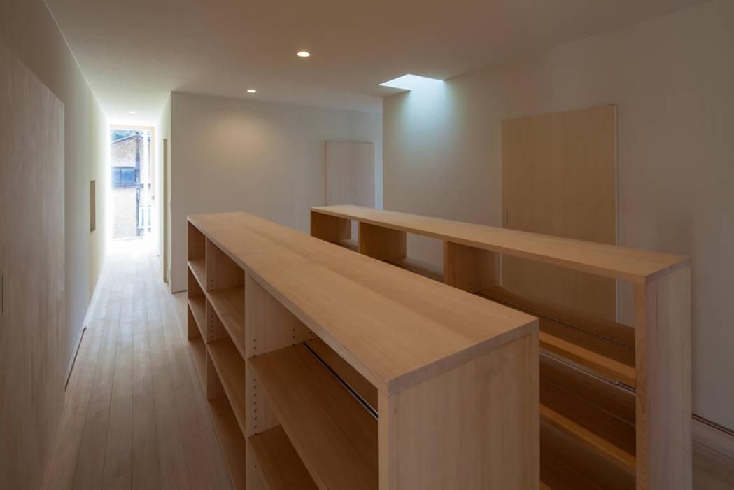 本棚のあるフリースペース: 川添純一郎建築設計事務所が手掛けた家です。,ミニマル