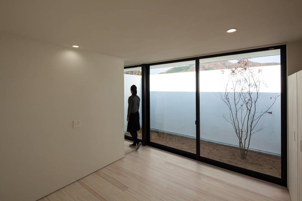 寝室と庭 ミニマルな 家 の 川添純一郎建築設計事務所 ミニマル