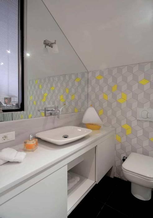 現代浴室設計點子、靈感&圖片 根據 HANDE KOKSAL INTERIORS 現代風