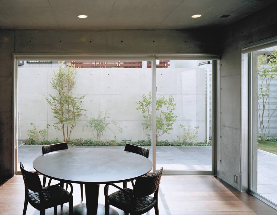 キッチンから中庭をみる モダンデザインの ダイニング の atelier m モダン 鉄筋コンクリート