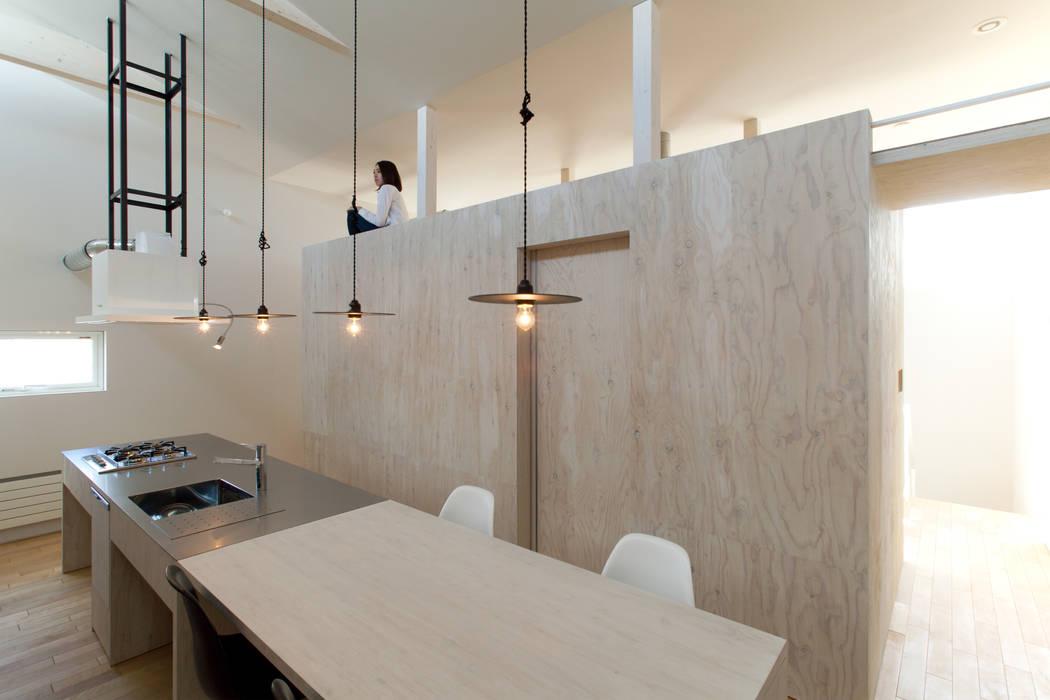 Cozinhas modernas por 一級建築士事務所 Atelier Casa Moderno