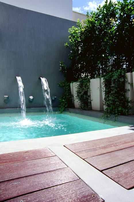 La piscine par Noémie Vernet Moderne