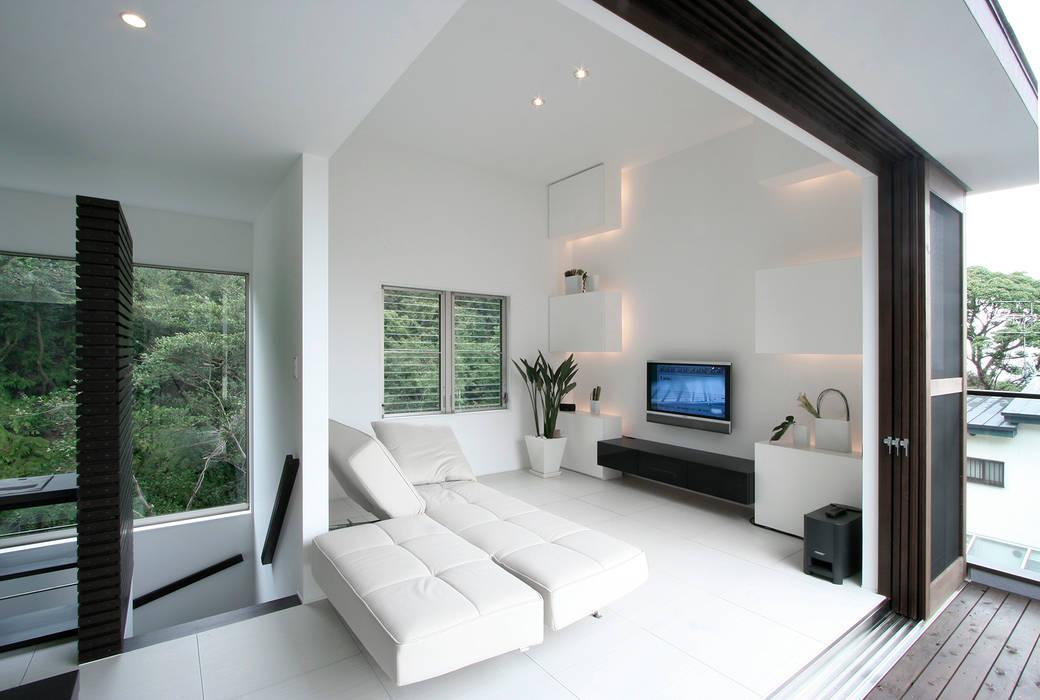 眺望と森をリビングで感じる家: ラブデザインホームズ/LOVE DESIGN HOMESが手掛けたリビングです。