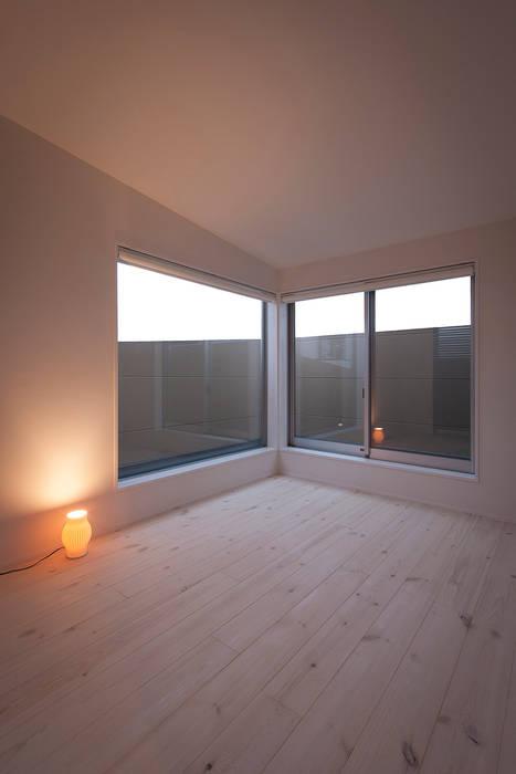 癒しのアクアリウムのある家: ラブデザインホームズ/LOVE DESIGN HOMESが手掛けた寝室です。