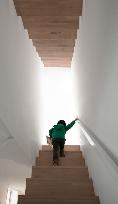 インナーテラスのある明るい住宅: ラブデザインホームズ/LOVE DESIGN HOMESが手掛けた階段です。