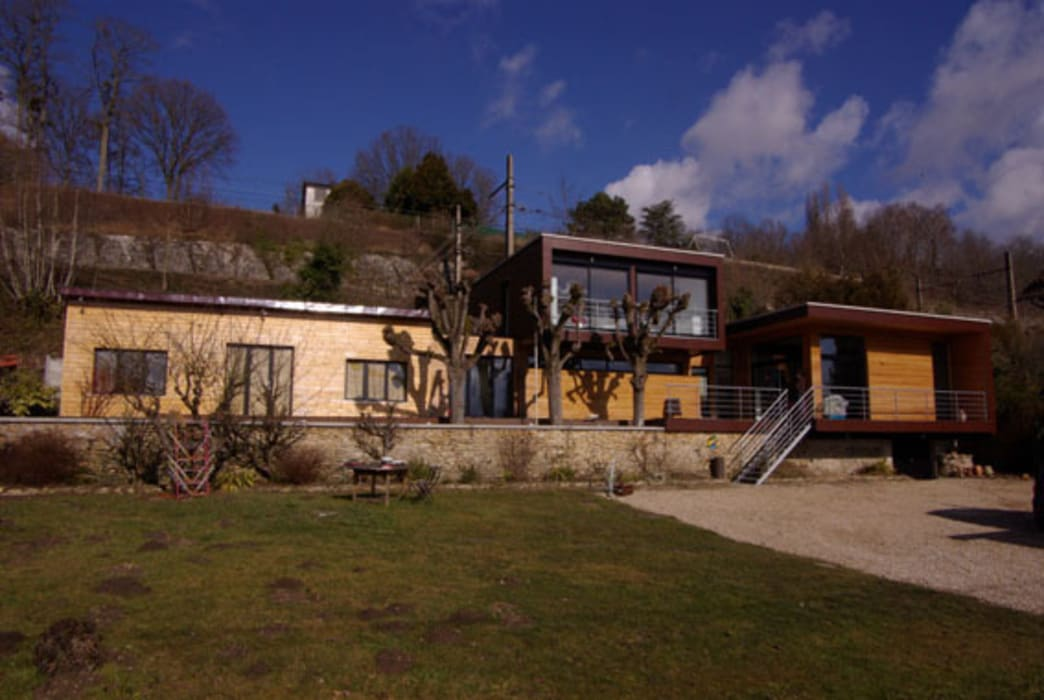 La façade sud, vue du jardin Maisons modernes par Atelier d'Architecture Marc Lafagne, architecte dplg Moderne