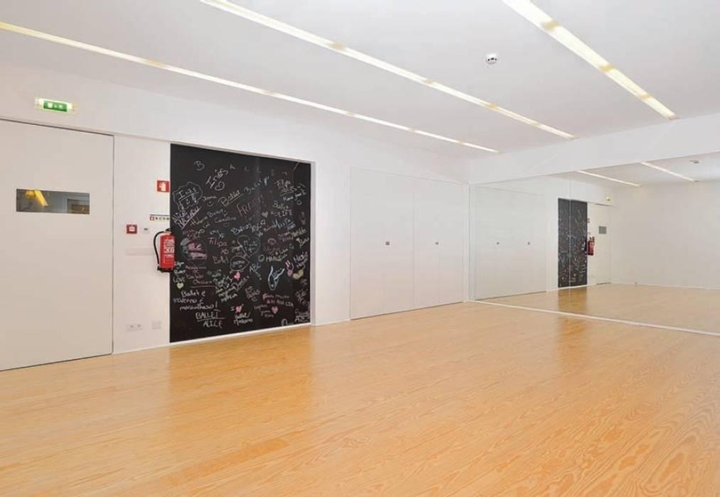 Academia de Bailado Clássico Escolas modernas por GAAPE - ARQUITECTURA, PLANEAMENTO E ENGENHARIA, LDA Moderno