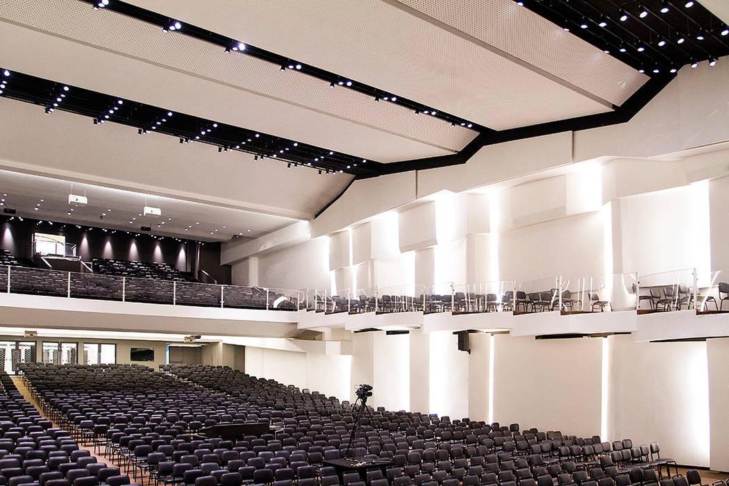 O templo religioso tem capacidade para quase quatro mil pessoas por FCM Arquitetura Moderno