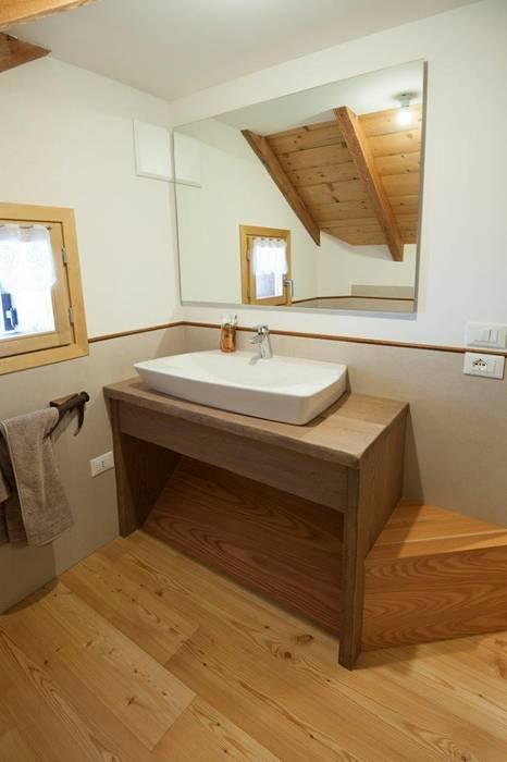 Bagno Case in stile rustico di Parchettificio Garbelotto Srl - Master Floor Srl Rustico
