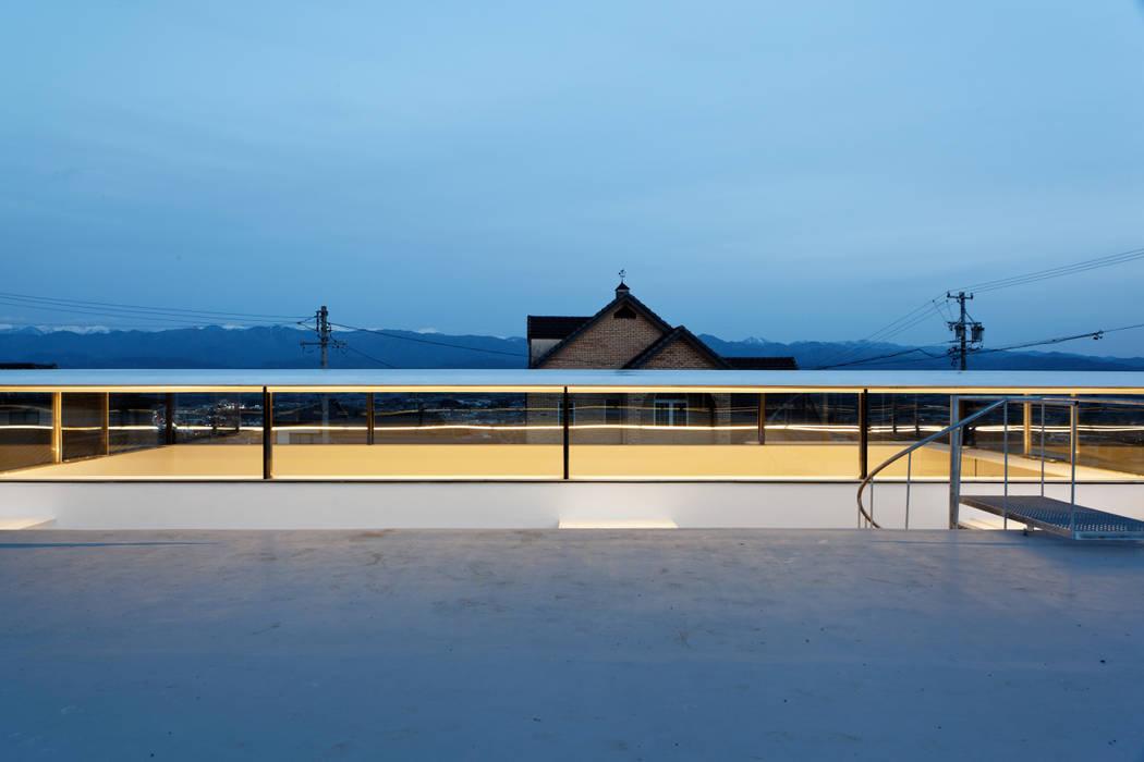 屋上からの夕景: TNdesign一級建築士事務所が手掛けたテラス・ベランダです。