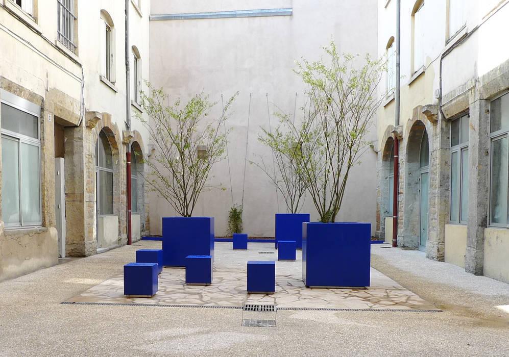 cour de l'épée à Lyon / BLEU MAJORELLE: Jardin de style  par ATELIER DU BOCAL paysagistes