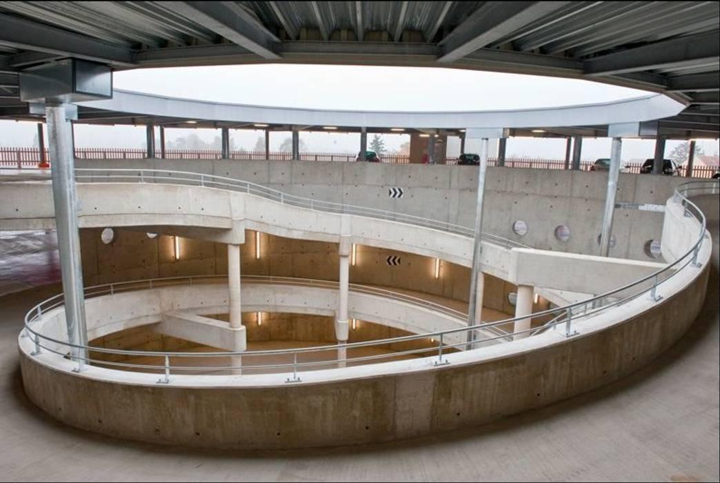 Parking en ouvrage P+R Rotonde (454 places) Garage / Hangar modernes par meyzaud & architectes Moderne