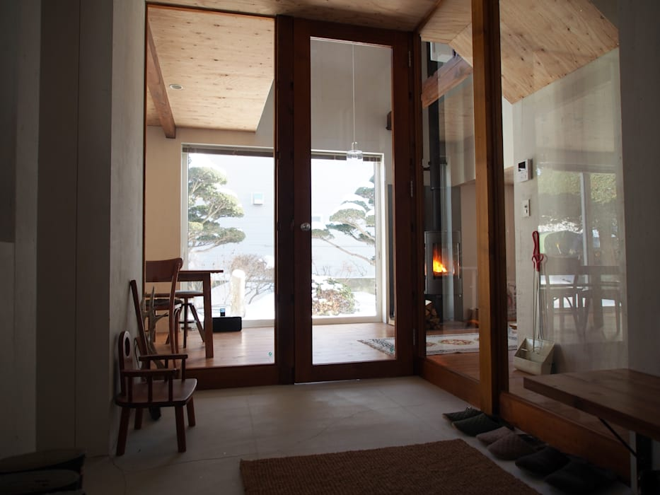 Pasillos, vestíbulos y escaleras de estilo moderno de 神子島肇建築設計事務所 Moderno