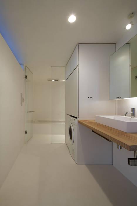 水まわりはFRPに包まれて: TNdesign一級建築士事務所が手掛けた浴室です。