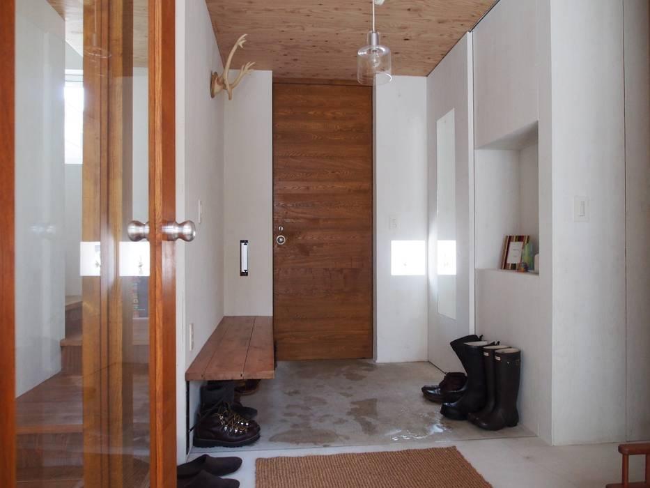 Nowoczesny korytarz, przedpokój i schody od 神子島肇建築設計事務所 Nowoczesny