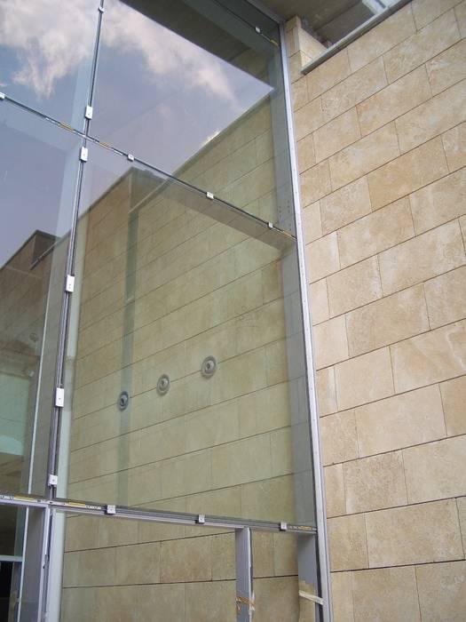 Rivestimento in Carparo Fiorato - Facciata Ventilata Centri commerciali in stile eclettico di PIMAR Eclettico