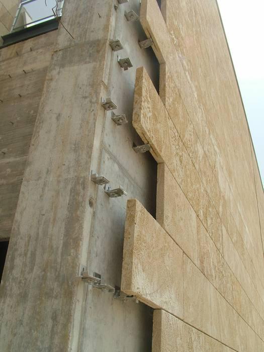 Facciata Ventilata - Installazione: Centri commerciali in stile  di PIMAR