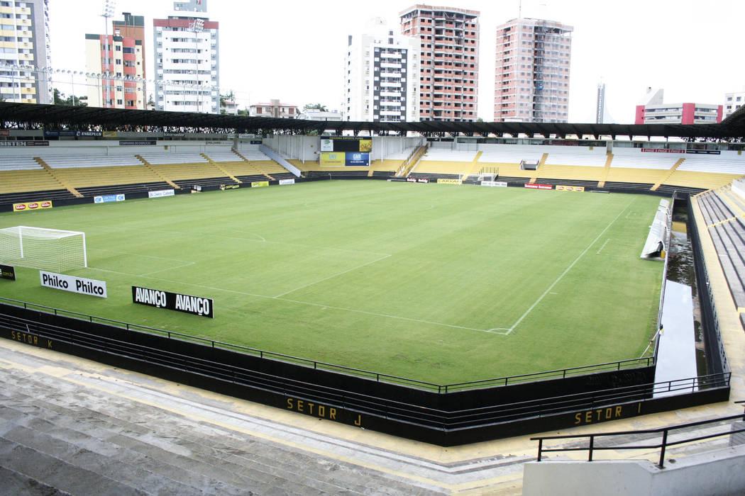 Vista parcial interna do Estádio: Fitness  por Douglas Piccolo Arquitetura e Planejamento Visual LTDA.