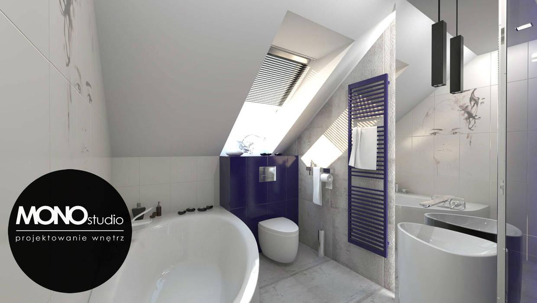 Kontrastowa kolorystyka w nowoczesnym zestawieniu bieli z niebieskim w łazience na poddaszu Nowoczesna łazienka od MONOstudio Nowoczesny