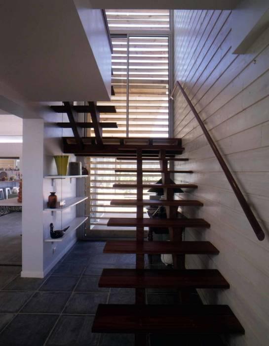 Une maison dans le sable.:  de style  par Christian Larroque , Moderne