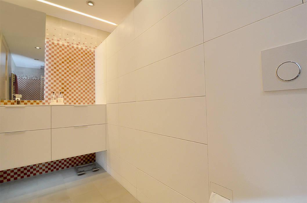 Baño con mosaico hidráulico Baños de estilo moderno de Trestrastos Moderno