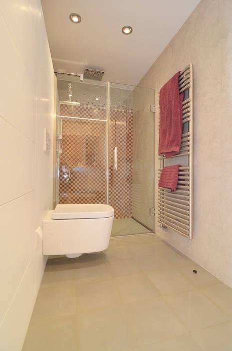 Baño con mosaico hidráulico: Baños de estilo moderno de Trestrastos