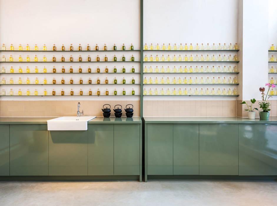 Clínicas de estilo  de TANK interior design, Moderno